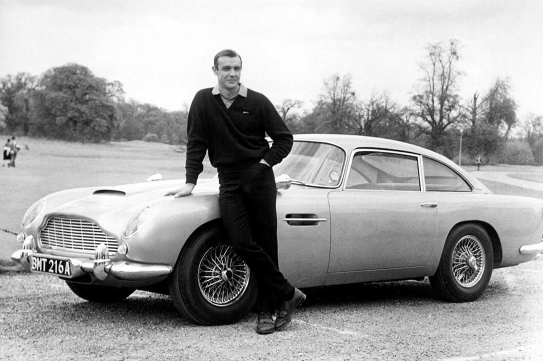 ASTON MARTIN: Når det gjelder ikoniske Bond-biler, er det ingen som slår Aston Martin DB5. Her med Sean Connery. Foto: Aston Martin