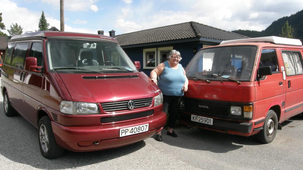 UT PÅ TUR: Torilds bobil bruker hun bare om sommeren. Den bærer det stolte navnet «Snilen» (t.v.). Vinterbilen, en Renault, derimot kaller hun «Sølvpilen». Foto: Privat