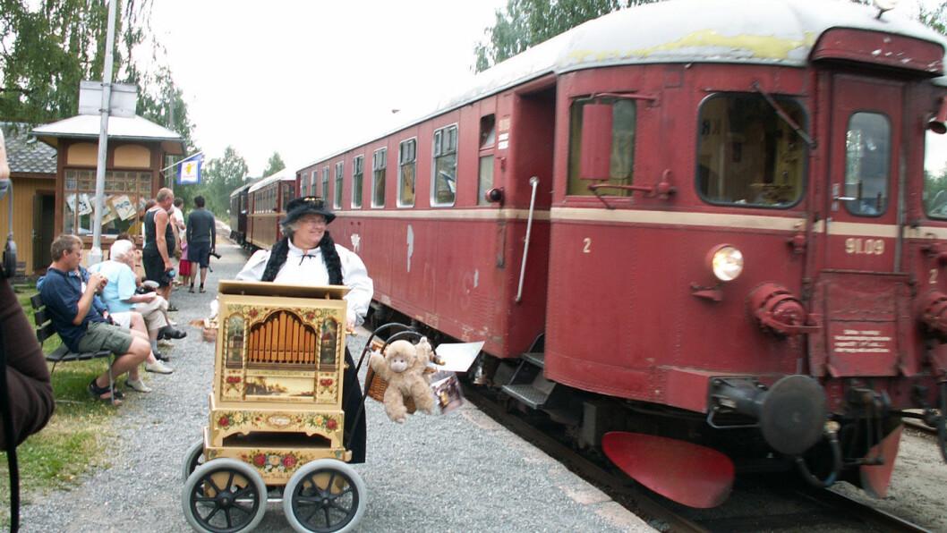 PAUSEMUSIKK: Torild med lirekassa mens toget tar en stopp på Krøderbanen.Foto: Privat