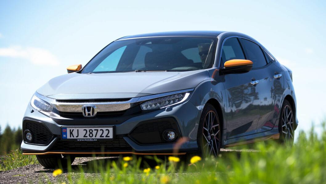 BLIKKFANG: Nye Honda Civic er et blikkfang, også på grunn av fargevalget. Den både ser ut og kjører som en sportsbil. Foto: Espen Røst