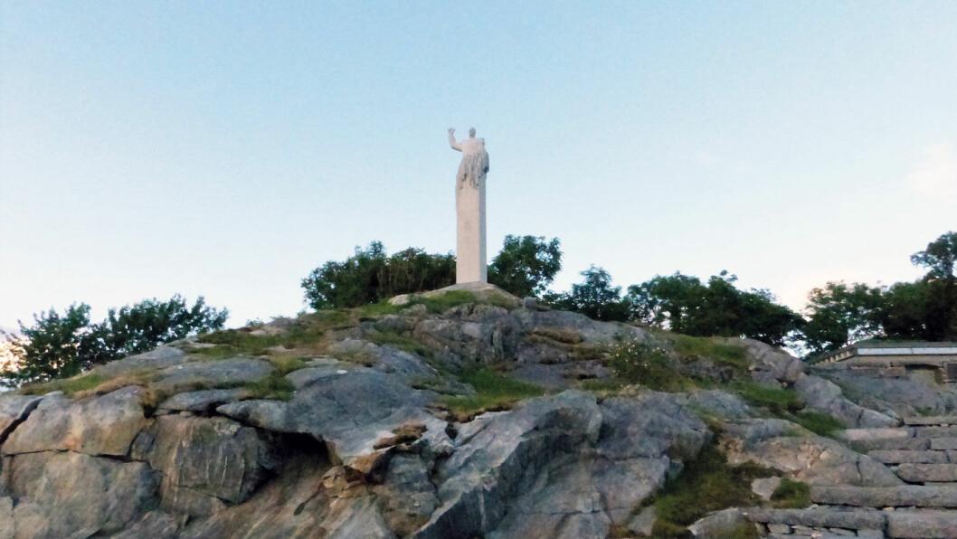 FOLKEKONGEN: Knut Steens statue av Kong Olav V på Skjerjehamn.