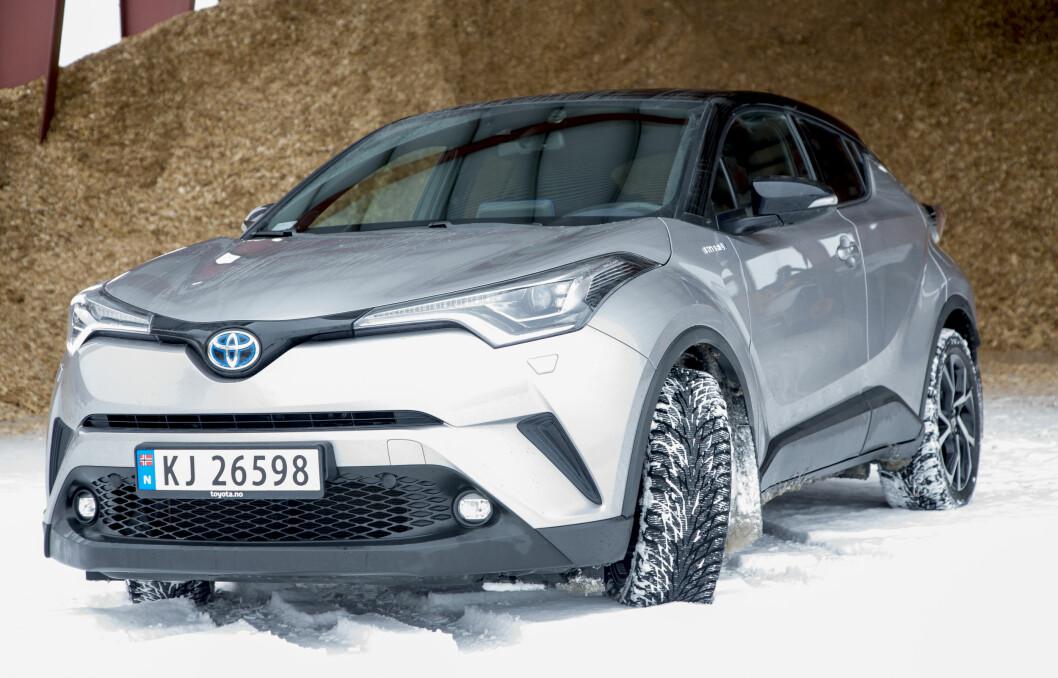 STERK NYKOMMER: Toyota C-HR har klatret til femteplass på registreringsstatistikken denne måneden, imponerende for en nykommer. Foto: Sveinung Uddu Ystad