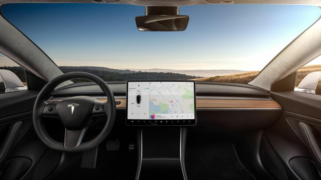 RENT OG PENT: Ingen knapper og dilldall på dashbordet i nye Model 3. Foto: Produsenten