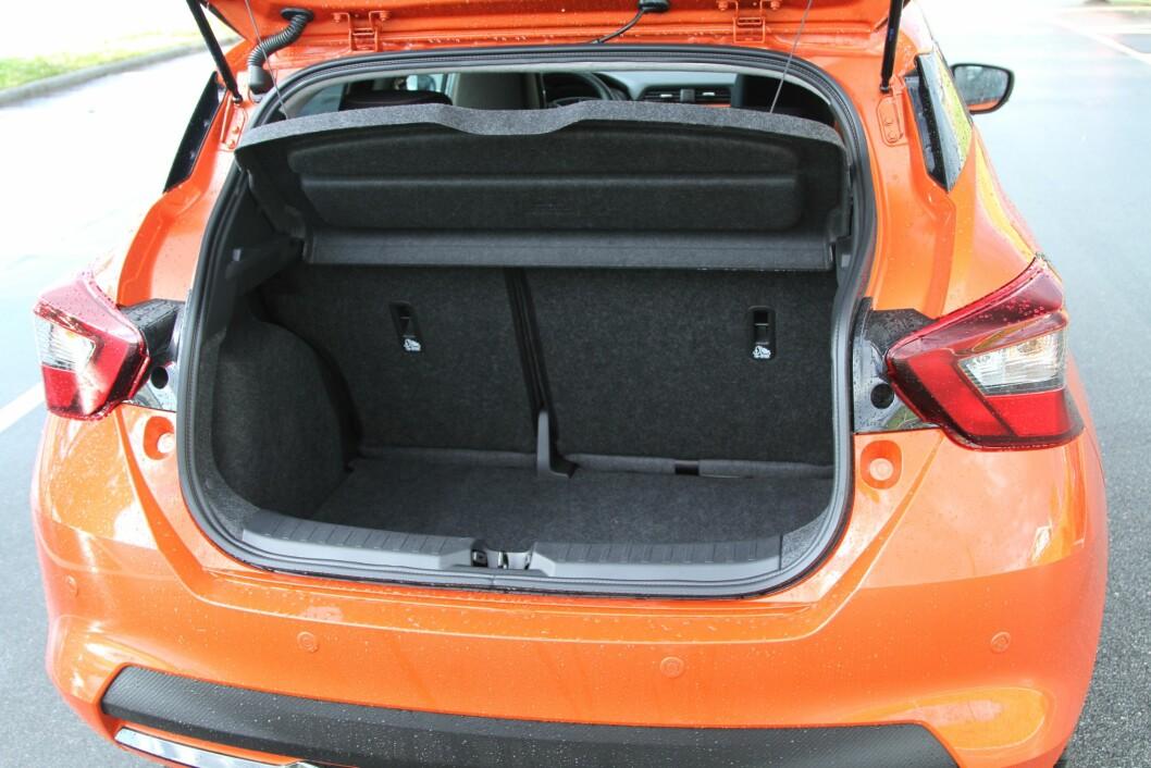 HAR RESERVEHJUL: I bagasjerommet på testbilen fant vi et reservehjul, noe som gir pluss i margen. I tillegg tar rommet 300 liter bagasje.