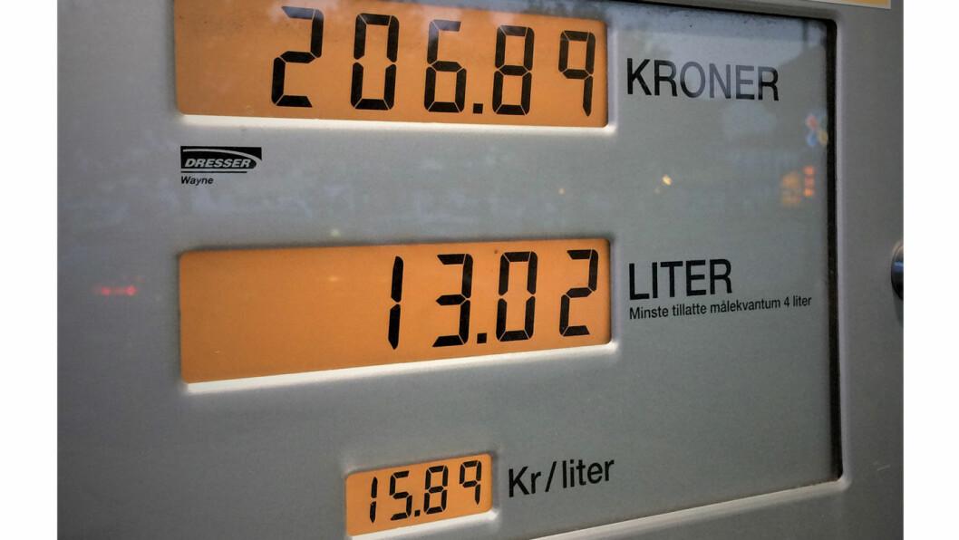 DETTE SVIR: Økte drivstoffpriser er blant årsakene til at det har blitt mye dyrere å eie bil. I fellesferien kostet en liter bensin nesten 16 kroner i Grimstad. Det er halvannen krone mer enn gjennomsnittsprisene for mai. Foto: Geir Røed