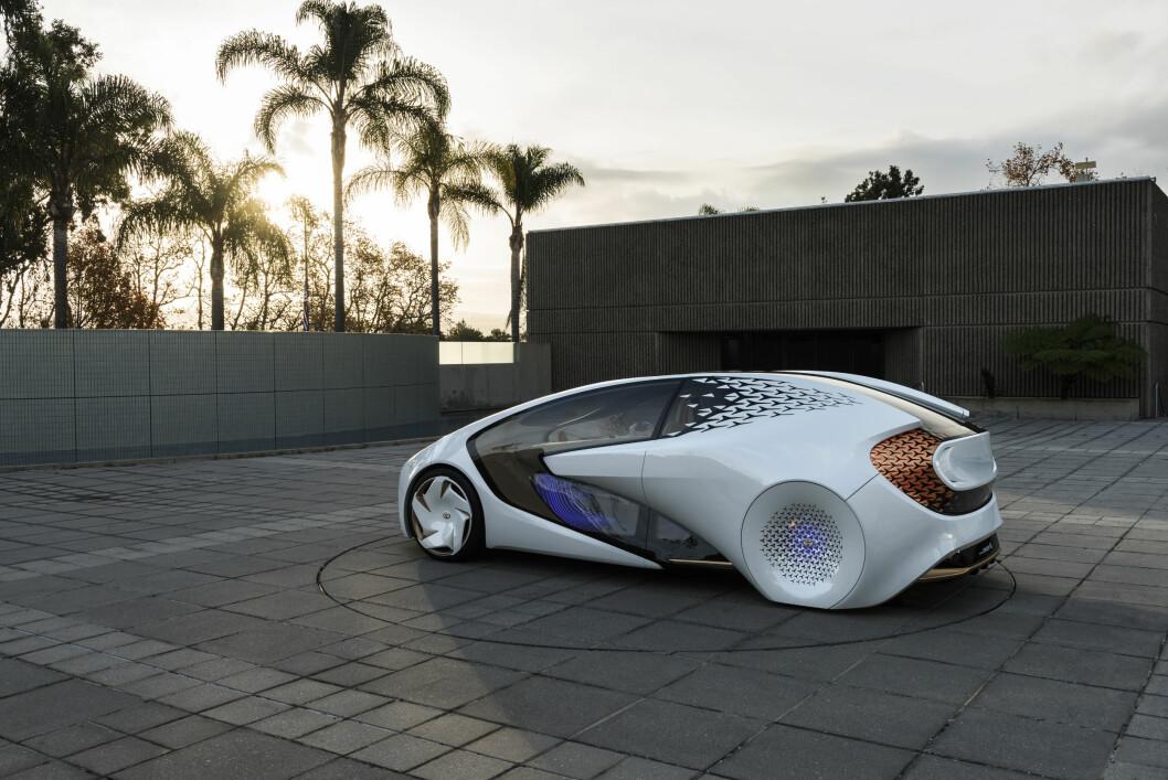 DATAMASKINER: Det kommer til å ta mange år før vi har lært datamaskinene til å behandle vanskelige situasjonene i trafikken med stor nok nøyaktighet til at bilen kan bli selvkjørende, tror Toyota. I Concept-i jobber Toyota med kunstig intelligens.