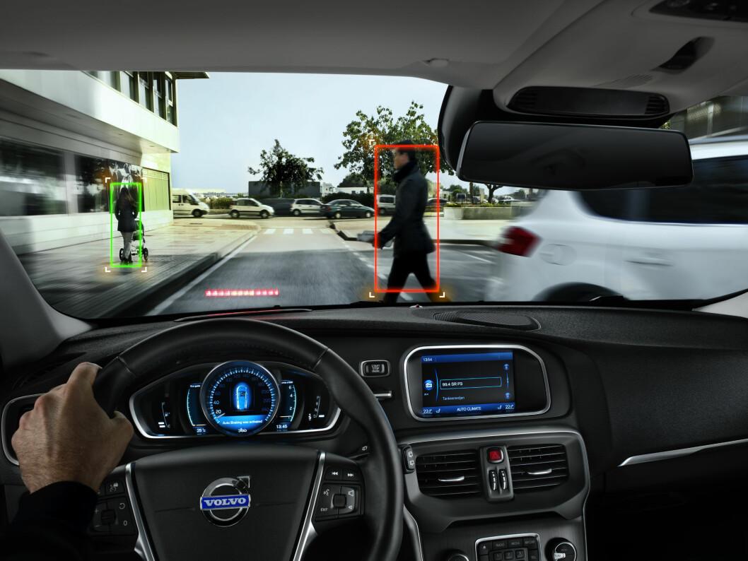 REDDER FOTGJENGERE: Flere av systemene kjenner igjen fotgjengere og bremser for disse. Foto: Volvo