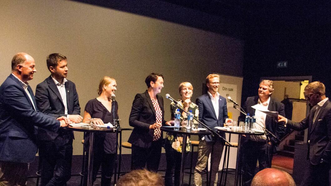 PANEL PÅ NAF-MØTE: Morten Stordalen (Frp), Geir Pollestad (Sp), Une Bastholm (MDG), Irene Johansen (Ap), Kari Elisabeth Kaski (SV), Nikolai Astrup (H), Hans Fredrik Grøvan (KrF) og ordstyrer Svein Tore Bergestuen (ytterst til høyre).