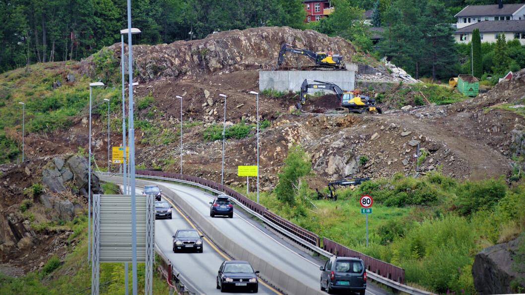 KOSTER EN MILLIARD: Nye Veier må sette opp veilys på alle motorveiene de bygger med fire felt, som på denne veistrekningen mellom Tvedestrand og Arendal i Aust-Agder. Foto: Geir Røed