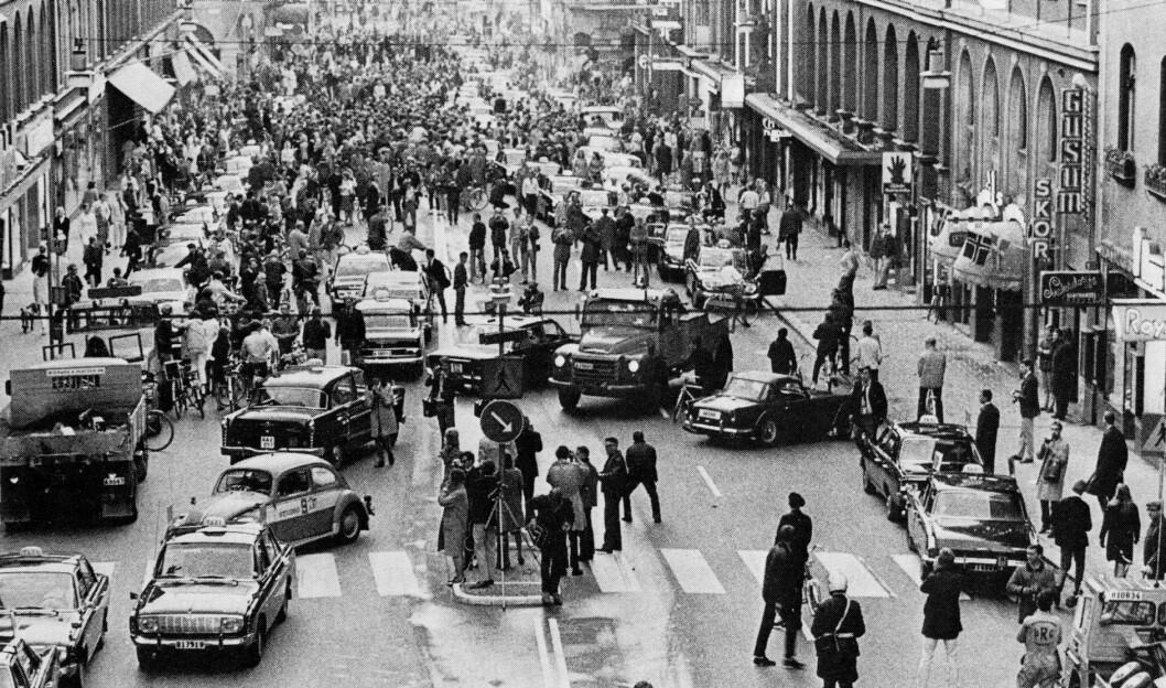 HOLD TIL HØYRE: Slik så det ut på Kungsgatan i Stockholm på morgenkvisten 3. september 1967 da svenskene gikk over til høyrekjøring. Foto: Jan Collsiöö, Offentlig eiendom