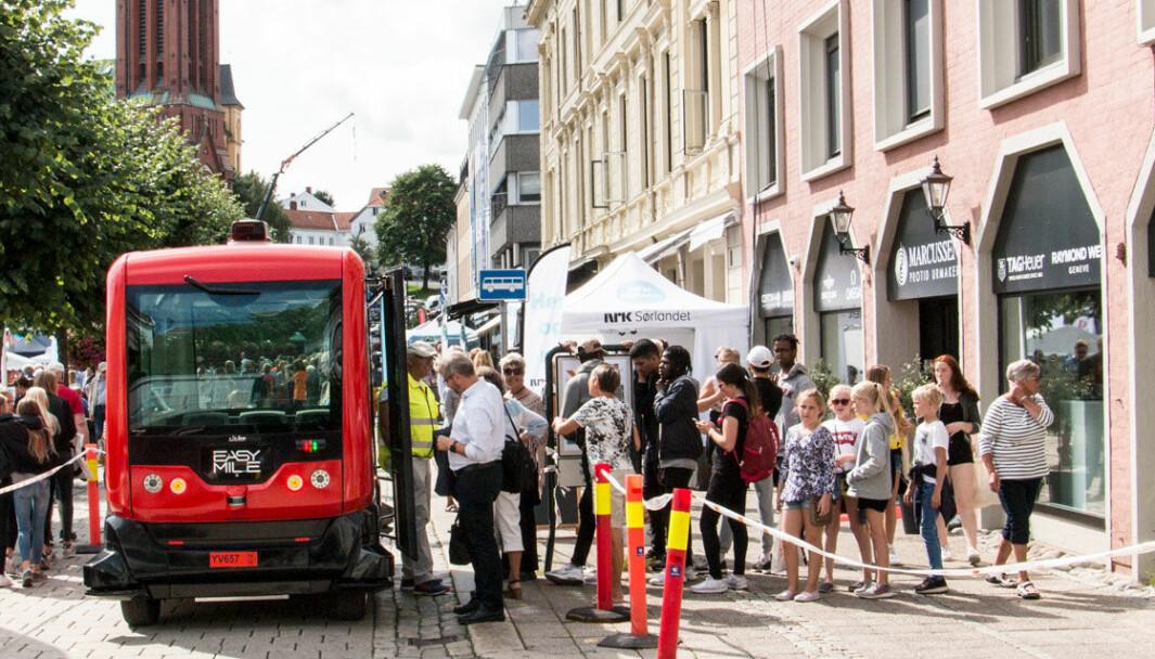 <b>POPULÆR: </b>Mange er nysgjerrige på hvilken selvkjøringsteknologi vi får framover. Her tester publikum en <b>s</b>elvkjørende minibuss i Arendal - afør koronaen.