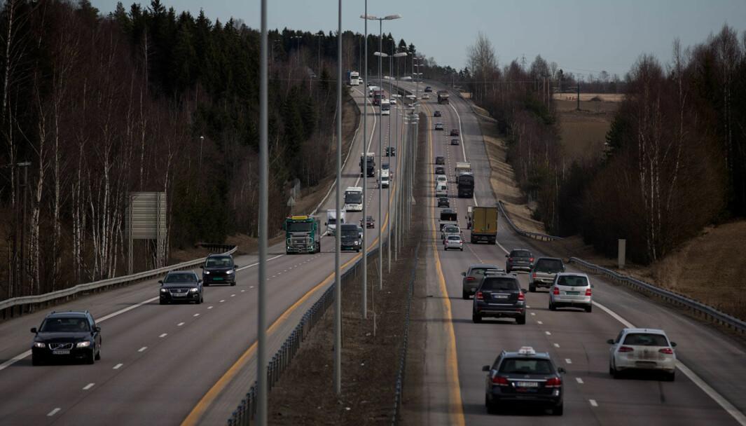 SOLID SKULDER: Veiskulder etter gammel, bred standard på motorvei med 110 km/t-grense nord for Oslo.