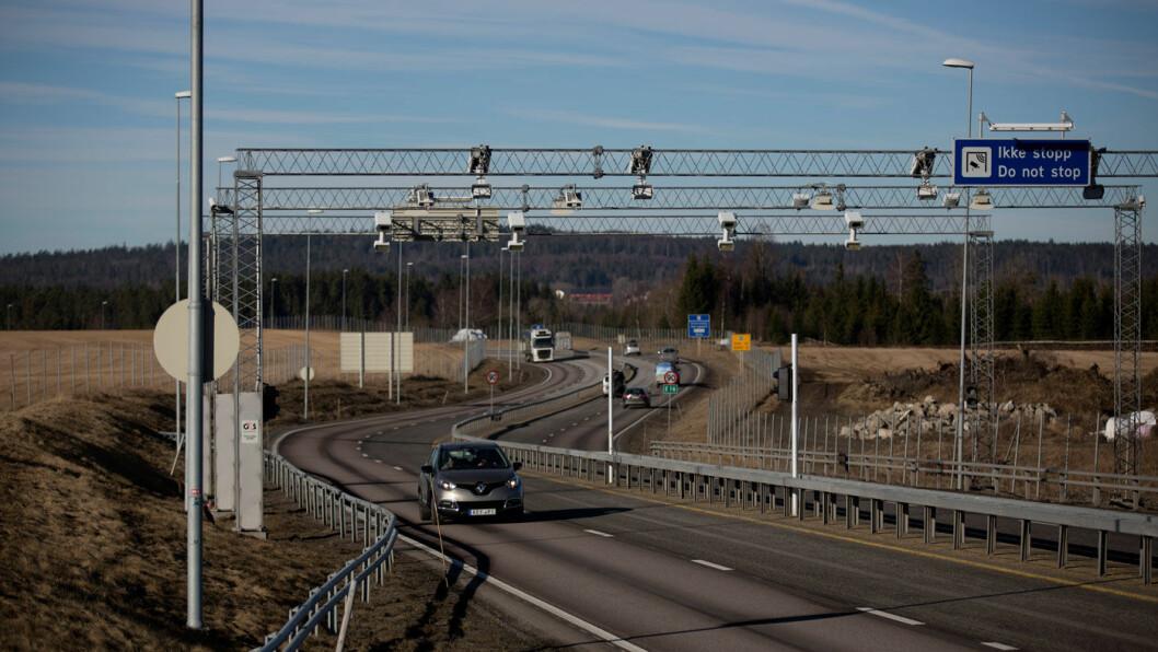BOM STOPP: Bompengebelastningen stiger for norske bilister i tråd med økt veibygging, selv om dette bomanlegget ved Nybakk nå er tatt ned. Foto: Espen Røst