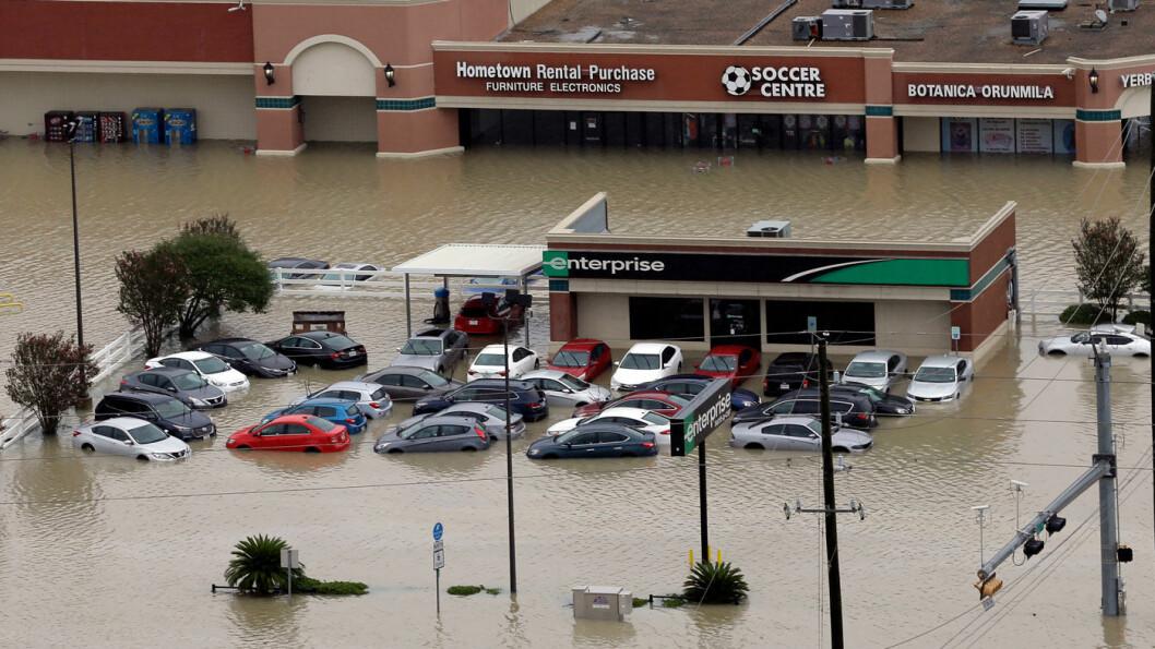 MAYDAY: Biler og butikker stod under vann i Addicks Reservoir etter regnet som fulgte orkanen Harvey i Houston. Foto: Scanpix/AP/David J. Phillip