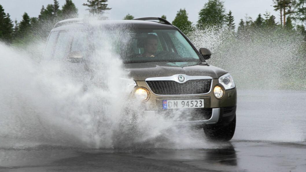 FARLIG: Slitte dekk på våte høstveier er en farlig kombinasjon viser vår test. Nå kan du dessuten spare mye penger på nye sommerdekk. Foto: Rune Korsvoll