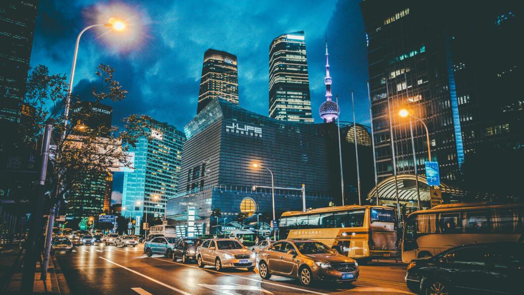 SNART GRØNT: Kinesiske myndigheter vurderer nå en konkret tidsplan for et forbud mot bensin- og dieselbiler på gatene i Shanghai (bildet) og det øvrige Kina. Foto: Hans Johnson