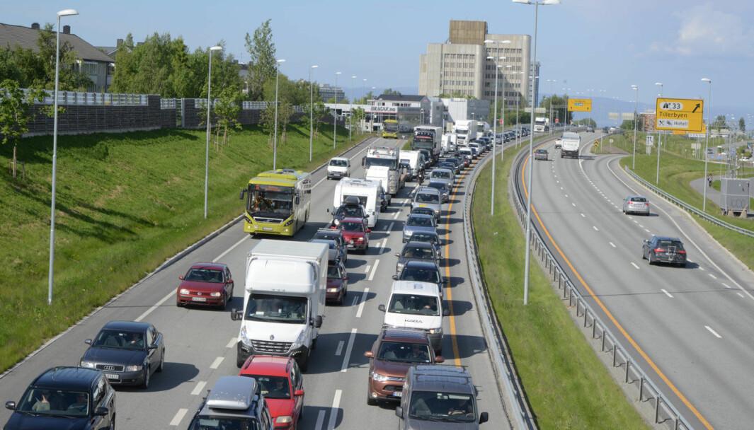 STADIG TETTERE: Det blir flere og flere biler på norske veier, som her ved Heimdal i Trondheim.