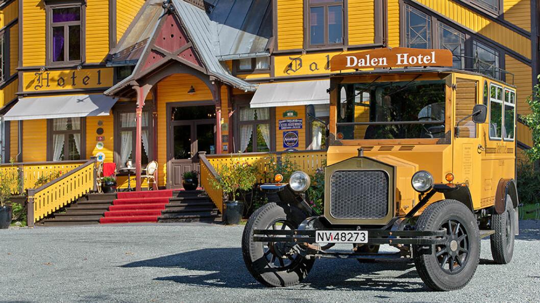 Den gule veteranbilen hører naturlig nok sammen med det gule trehotellet i sveitserstil.