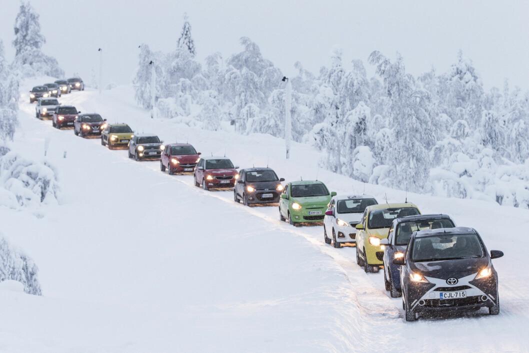 STORE FORSKJELLER: Når vi tester 17 nye biler under krevende vinterforhold, avslører vi store forskjeller i forbruk, varme, kjøreegenskaper og startvillighet. Vi gir deg svaret på hvilke biler som klarer vinteren best. Foto: MARKUS PENTIKÂINEN