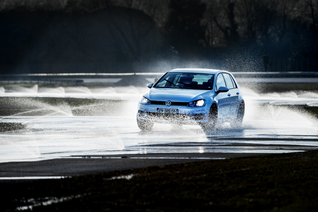 TETT I TOPPEN: Bare få tidels sekund skiller de beste dekkene i test-kategorien manøverbane på våt asfalt. Foto: Lasse Allard