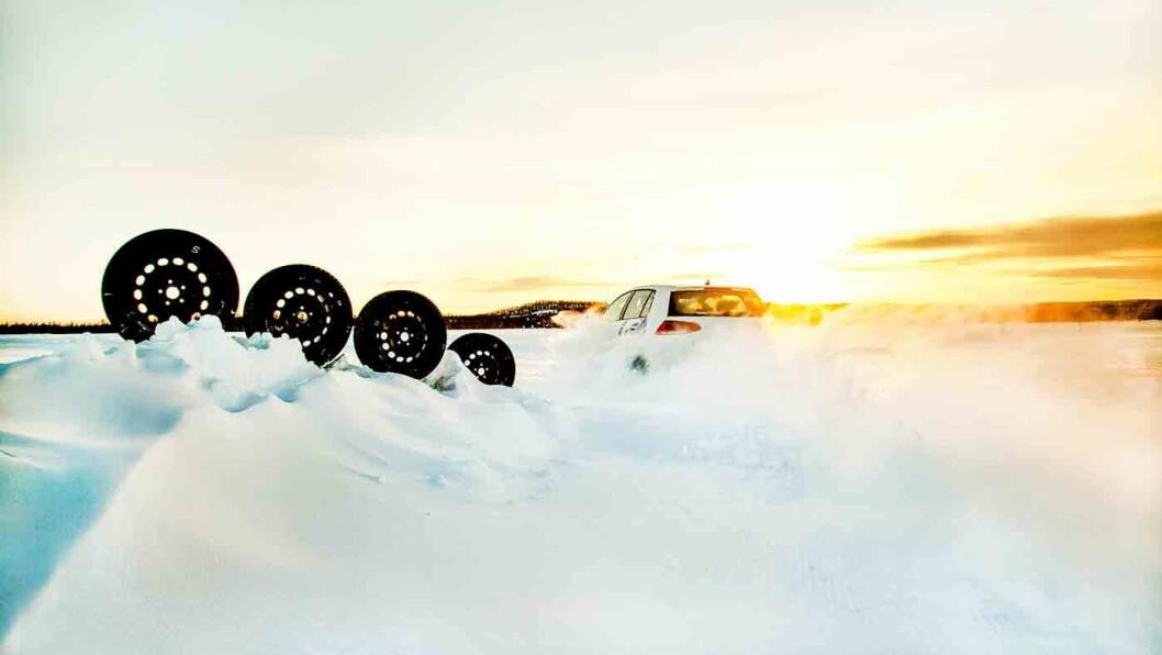 STØDIGE GREIER: Hvilke dekk har best stabiliitet? Det måles når bilene kjøres på en snø- og islagt vei med spor av veihøvel. Foto: Lasse Allard