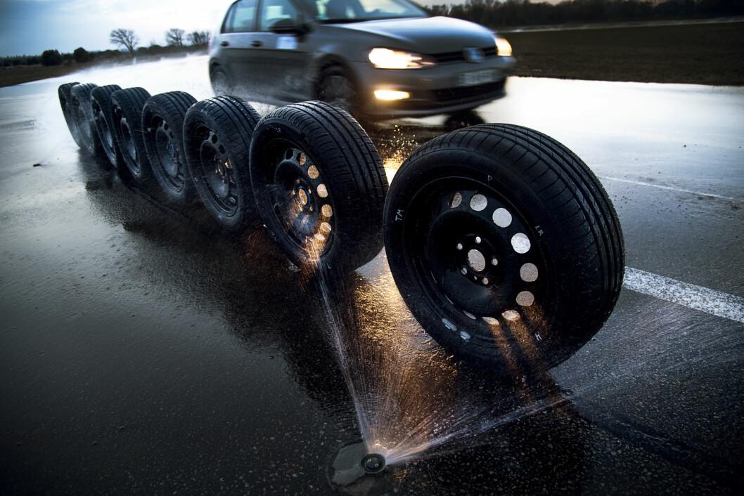TØRT OG FINT: Mange dekk scorer bra, men ingen får toppkarakter for kjørefølelsen på tørr asfalt. Foto: Lasse Allard