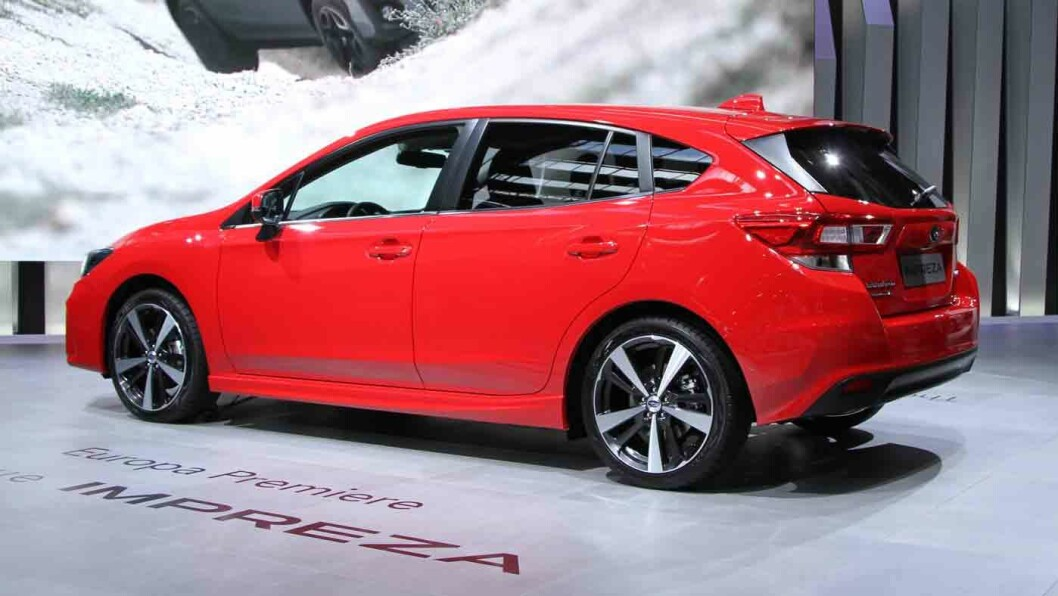 HØY BAKKEKLARING: Subaru-kundene vil ha høy bakkeklaring, derfor blir salget av XV-utgaven (bak) betydelig større enn av vanlige Impreza. Foto: Rune Korsvoll