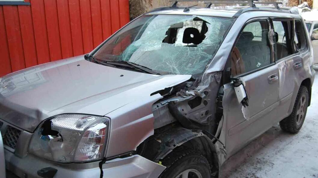 PLIKTIG: Ofte får bilen omfattende skader etter kollisjon med vilt. Men selv om bilen er kjørbar, skal du ikke kjøre videre før du har fått lov. Foto: Jan Erik Olbergsveen