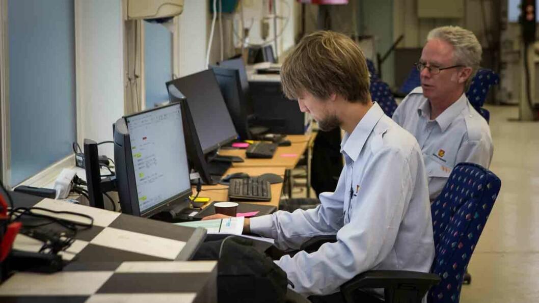 OMFATTENDE ARBEID: Magnus Jensen og Gulleik Vatnebryn er to av mange vegvesen-kontrollører som arbeider med Olsen bil-saken på det nedlagte NAF-senteret. Foto: Elisabeth Grosvold