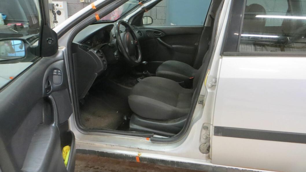 SKJØTET SAMMEN: Denne Ford Focus stasjonsvognen er skjøtet sammen av to bilvrak ved A-stolpen og under forsetene. Den er en av mange Olsen Bil-biler som er blitt avskiltet. Foto: Statens Vegvesen