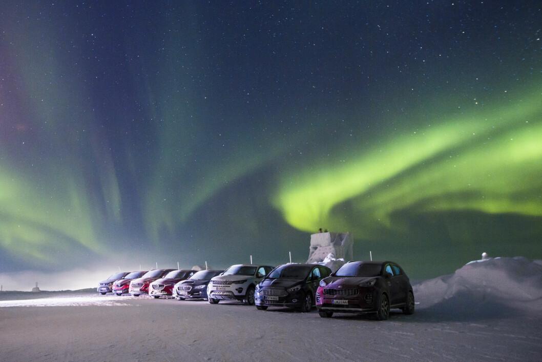 PÅ ALLE FIRE: Salget av biler med firehjulstrekk har økt kraftig i Norge. Vi har testet 15 av de nyeste. Audi A4 Quattro, er den eneste bilen som får ti poeng når det gjelder veigrep og framkommelighet. Bilen vinner testen foran Skoda Superb og Volvo V60 XC. Foto: MARKUS PENTIKÂINEN