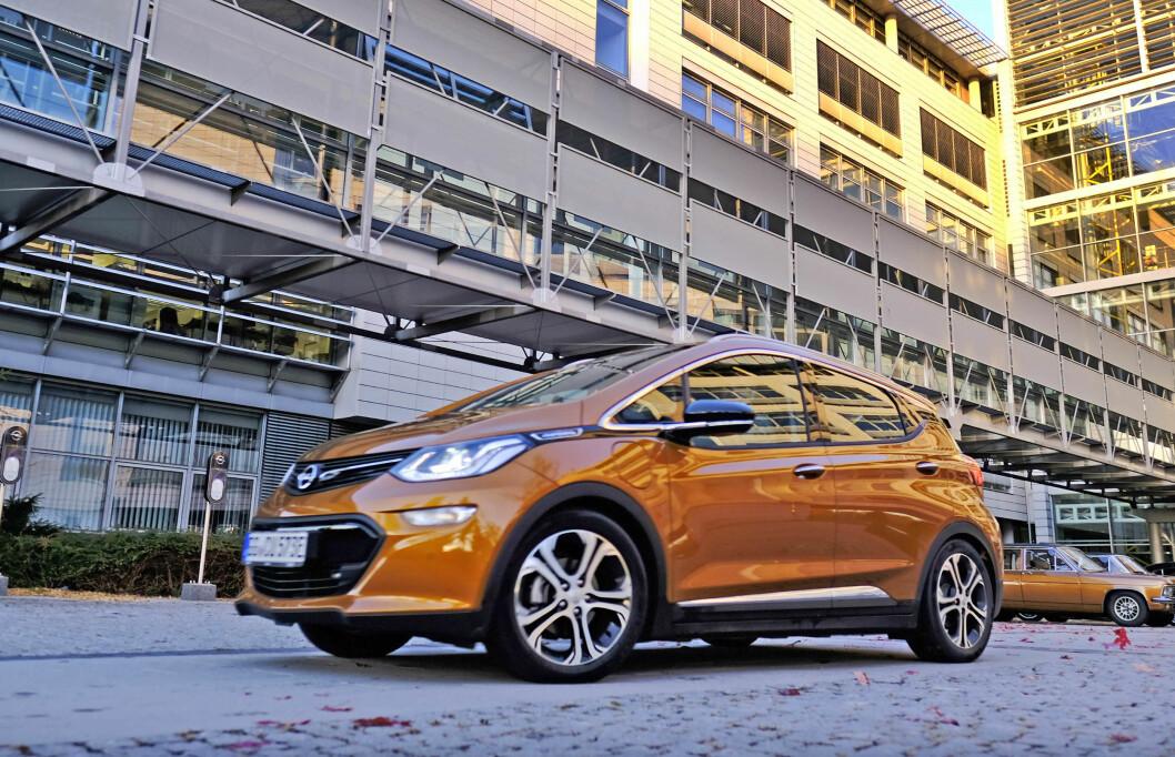 SLUTT: Opel Ampera-e var den første billige elbilen med lang rekkevidde. 1.000 nordmenn har fått bilen sin, men nå tar ikke Opel flere bestillinger. Foto: Rune Korsvoll