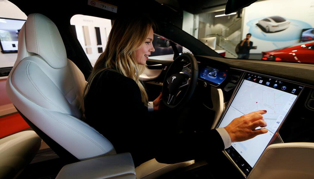 SE OG RØRE: Tesla har erfart at det for mange er viktig å kunne oppleve en bil fysisk i et salgslokale.