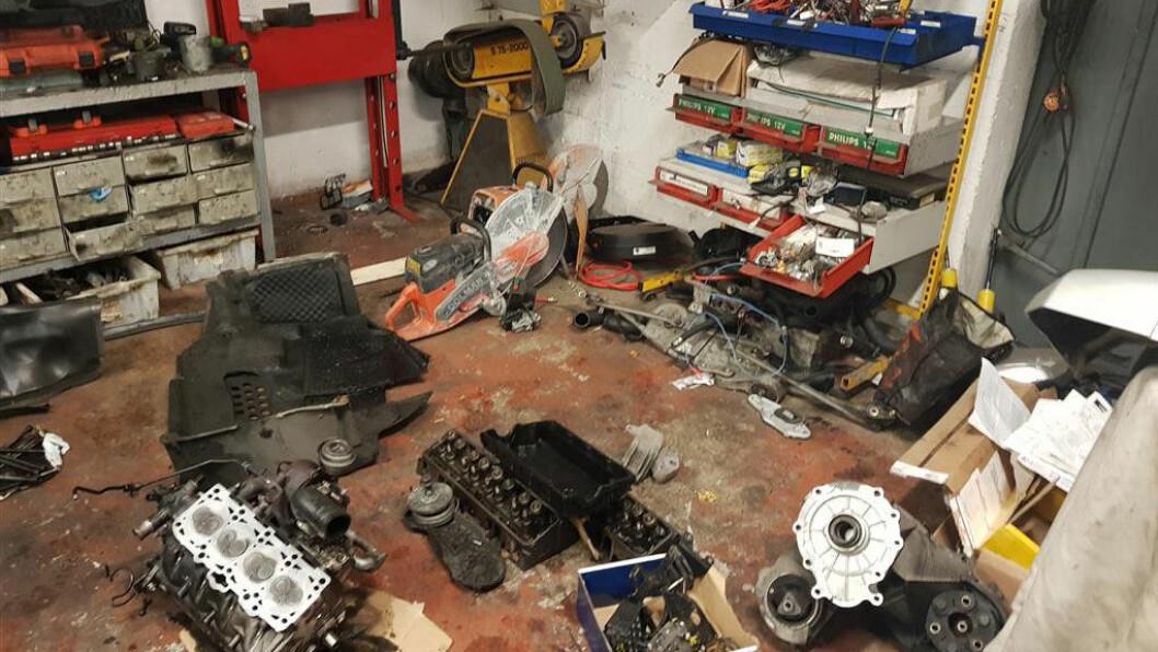 ROT: Inne på verkstedet kom vegvesenet over masse rot flytende mellom motorer, motortopper og girkasser. Foto: Statens Vegvesen