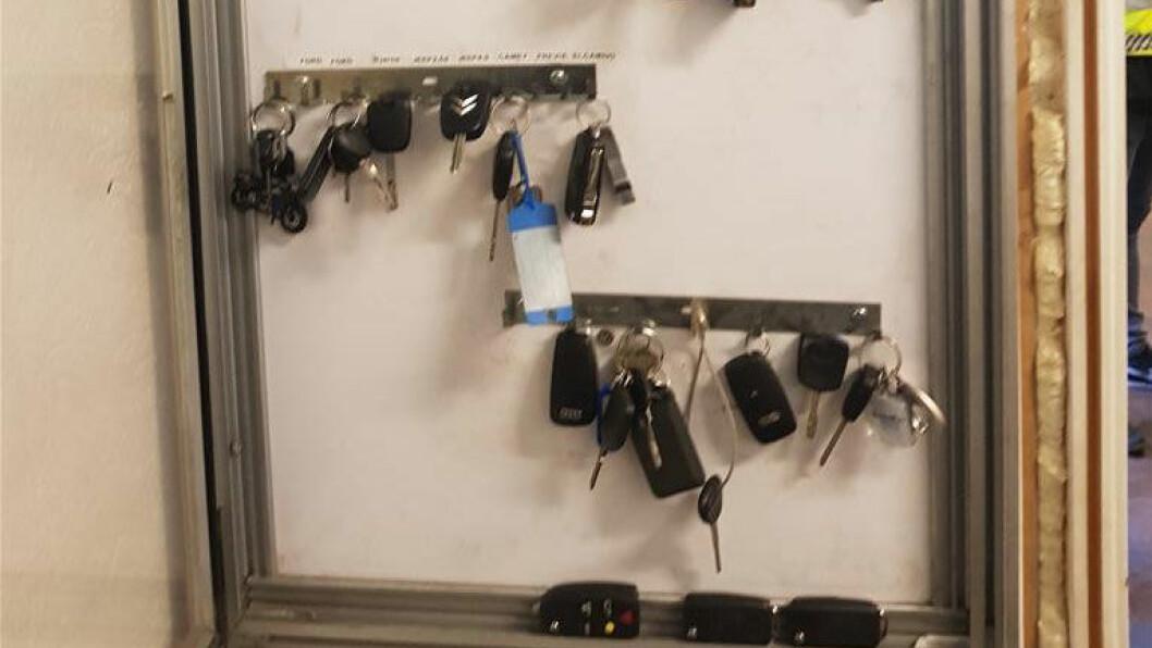 RISIKERER AVSKILTING: Eierne av disse bilnøklene burde forstått at verkstedet Auto 24 drev ulovlig, mener vegvesenet. Foto: Statens Vegvesen