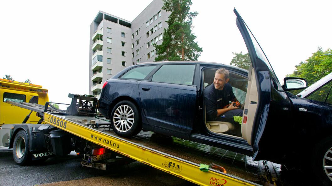 PÅ SKRÅPLANET: Det holdt ikke med startkabler denne gangen. Tom Irving heiser bilen, som heldigvis hadde et NAF-medlem som passasjer, opp på planet og kjører den på verksted. Foto: Nina Ruud