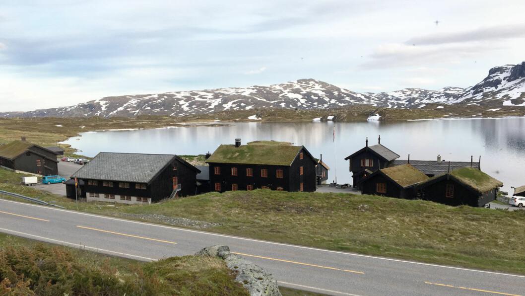 LAD ELBILEN I 1.000 METERS HØYDE: Nå får DNT sin første ladestasjon på Haukeliseter Fjellstue. I sommer kåret Motor spisestedet langs E134 til Årets veimat 2017. Foto: Mette Randem