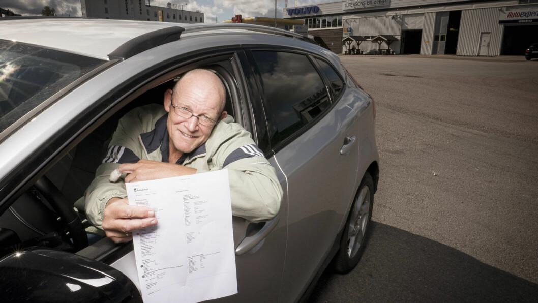 SPARER PENGER: Kjell Olav Lundberg er på service med sin nye Volvo. Prisen ble ca. 2800 svenske kroner, men med fratrekk for moms ender totalbeløpet på 2.256 svenske kroner. Foto: Jon Terje H. Hansen
