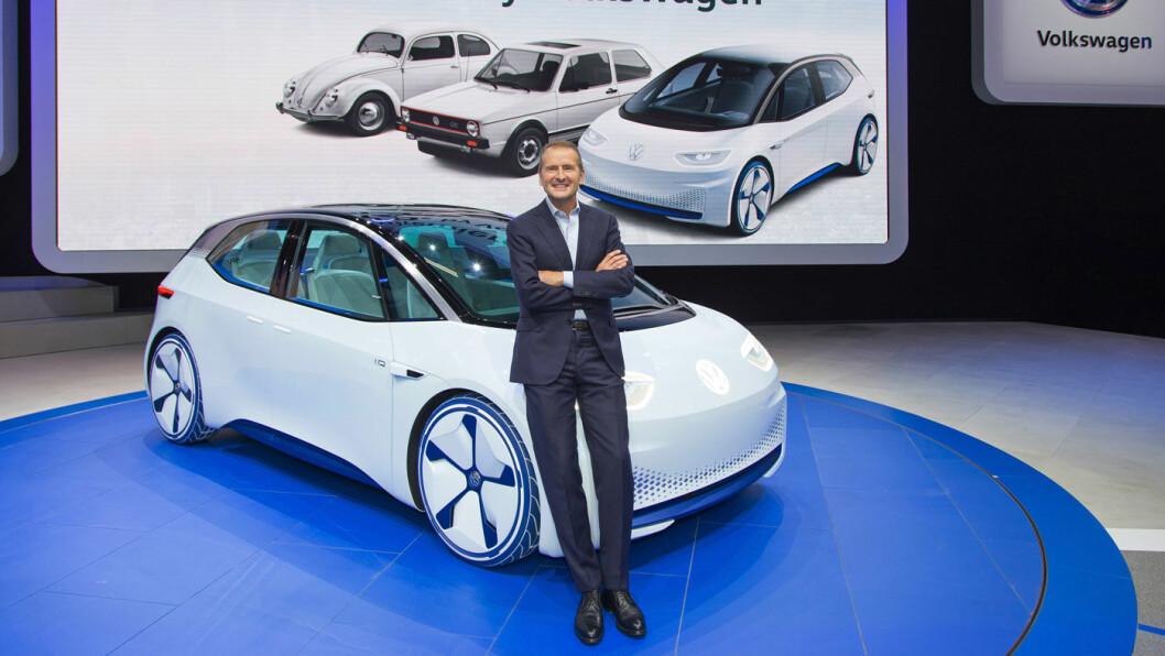VW MED NYE ELBILER: Dr.Herberg Diess, styreformann i VW, avduker tre nye elektriske småbiler.