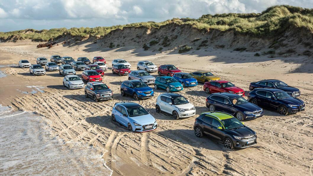 39 MULIGHETER: Kandidatene til Årets Bil i Europa samlet på en strand nord for Hirtshals i Danmark. Her har mange av jurymedlemmene testet bilene i ei uke.