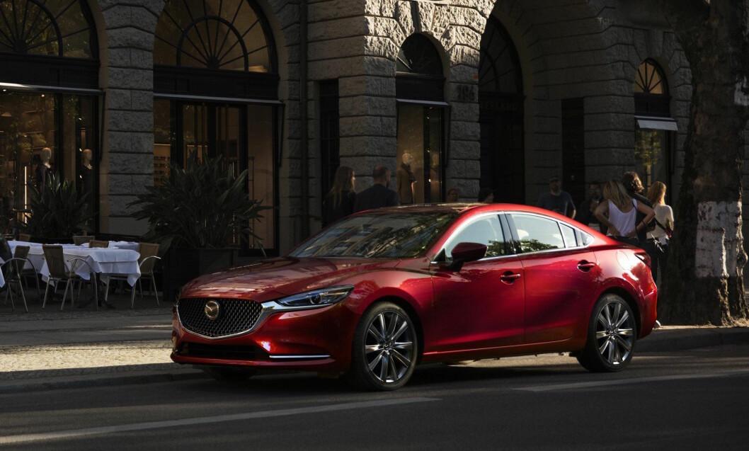 FORSIKTIG: Den utvendige designen er forsiktig forandret. De største endringene i nye Mazda6 finner du i interiøret og under panseret. Foto: Mazda