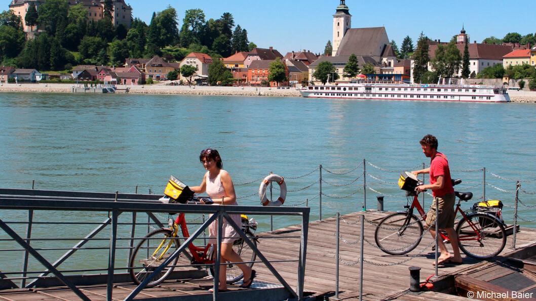 OPPLEVELSER FRA SYKKELSETET: Skipet legger til land, og vi sykler langs Donau, gjennom landsbyer og hyggelig landskap.