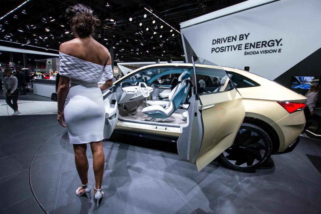 SE HER: Skoda vil ikke bare vise fram bil, men også kvinner. Hvilken funksjon disse har for journalister og bilkjøpere er ikke så lett å få øye på.