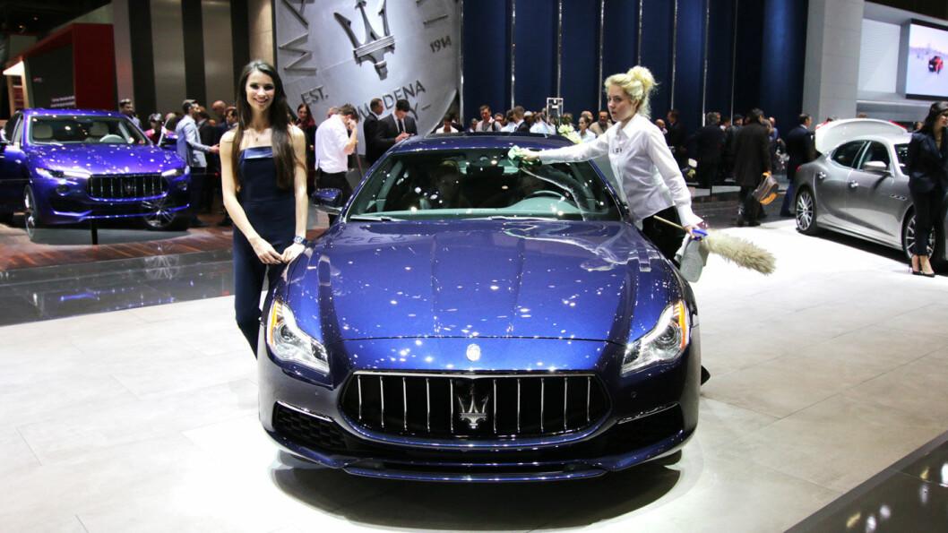 ITALIENSKE TILSTANDER: Ingen steder er det flere pyntedamer enn på utstillingspaviljongene til de italienske bilprodusentene.