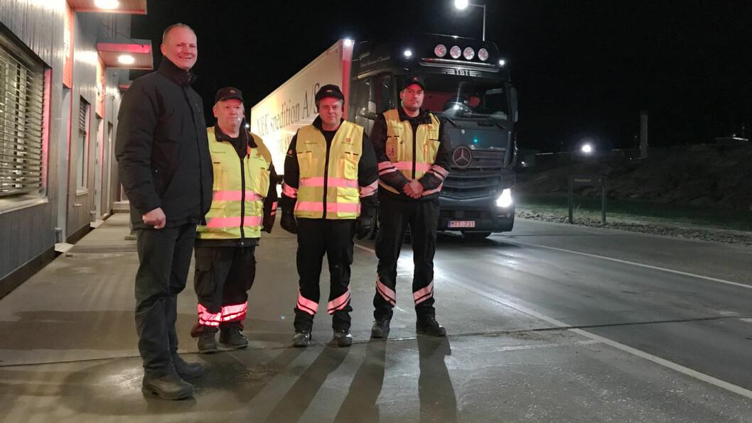 PÅ BESØK: Statsråd Ketil Solvik-Olsen (til venstre) overvar den omfattende grensekontrollen til vegvesenet på Svinesund denne uka. Foto: Statens Vegvesen