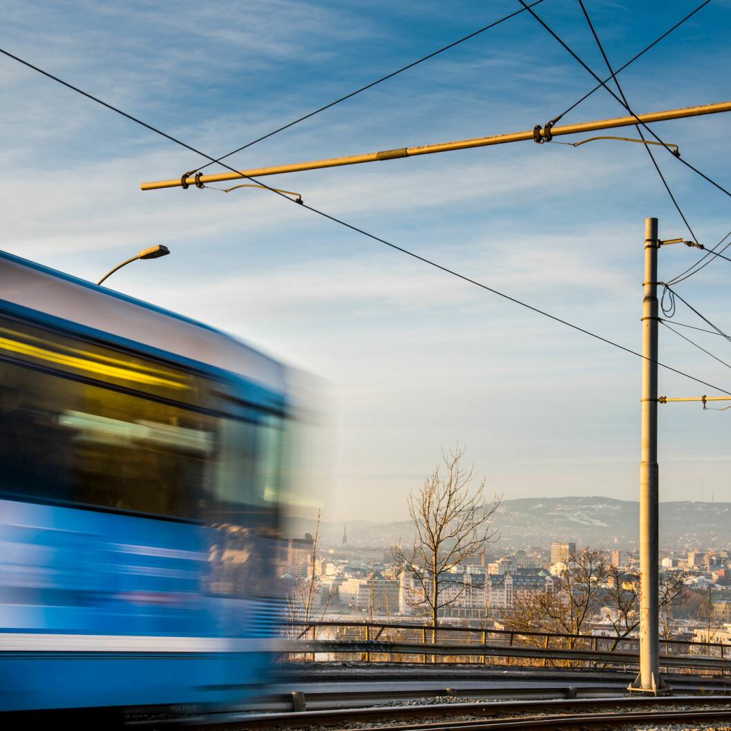BLÅTT LYN: Trikken på vei opp Ekebergåsen med hovedstaden bak. Foto: Birgitte Haneide