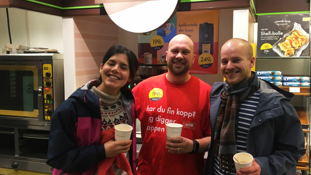 NØDT TIL Å LEVERE: - Kaffe er veldig viktig for oss, sier Ørjan (i midten) hos Shell på Nesttun i Bergen. Johanne Mandujano og Christian Nesset tester svart kaffe og cappuccino. Foto: Pia Strømstad