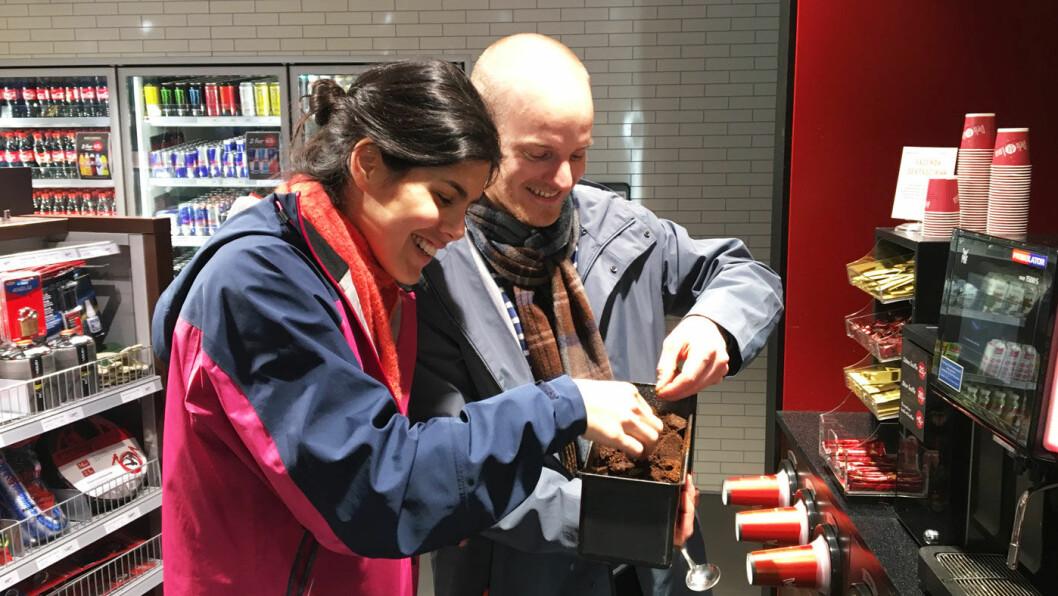 KAFFEGRUFF: Gruten viser at kaffen er for grovt malt, mener Johanne Mandujano og Christian Nesset.