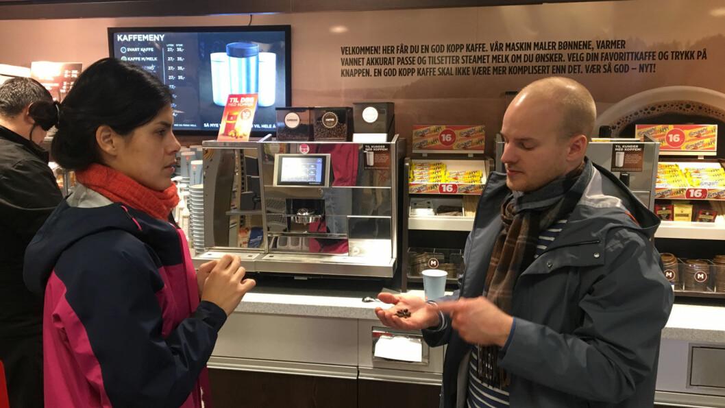 IKKE MYE KJÆRLIGHET: Circle K skriver at kaffen er blandet med kjærlighet. Det bryr ikke jeg meg om, fleiper Christian Nesset. – Jeg er mer opptatt av nøyaktighet, og her er bønnene altfor mye brent.