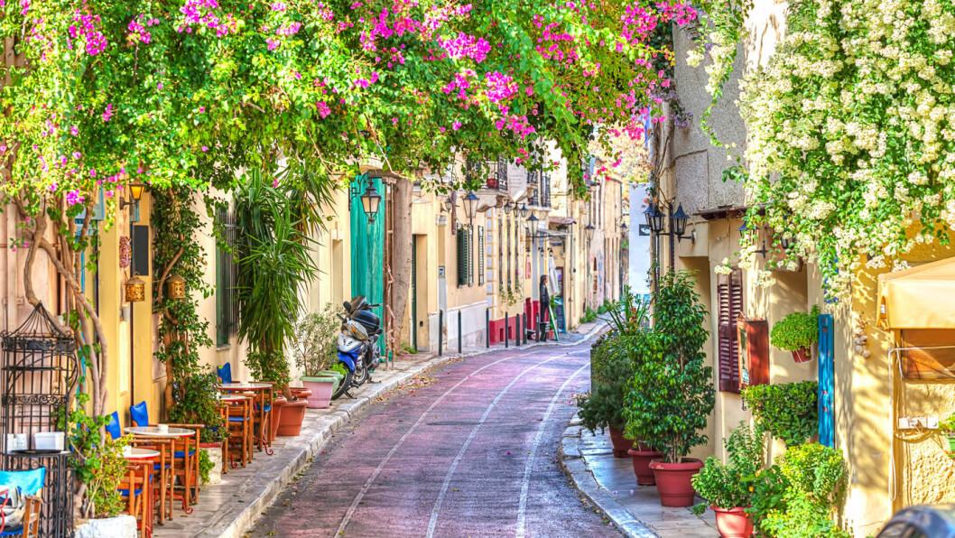 STORBYSJARM: Athen er en storby, men du finner mange sjarmerende smågater hvor hverdagslivet blomstrer.